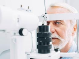 Ein Mann während einer Augenuntersuchung